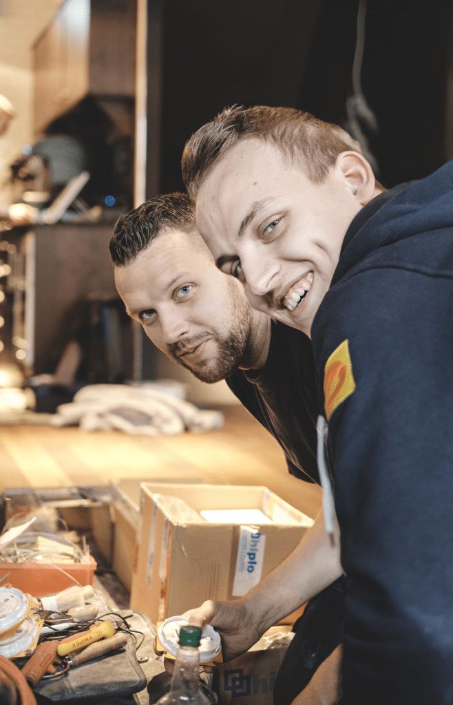 Zwei Heizungsbauer bei der Montage einer Heizungsanlage beim Kunden